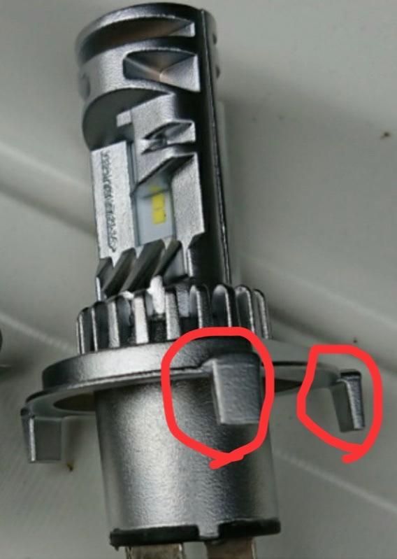 このバルブは、ダイハツ タント LA600S ハロゲンヘッドランプ車には装着出来ませんね。<br /> <br /> 画像の突起部が、ヘッドライト本体にあるバルブを止める金具の邪魔をしてしまう為ですね。<br /> <br />