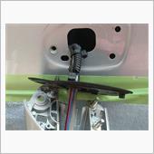 ミラーの土台のパッキンの穴にカメラ電線とLED電線を通します。<br /> 後は元々の電線に沿わしていきます。