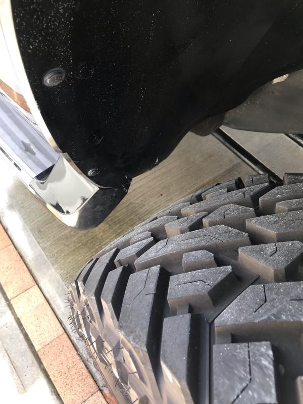 タイヤ交換、フロントタイヤハウス前後カット