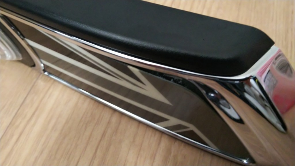 ブラックユニオンジャックです。購入取り付けして2年も持たずにステッカー部分が左右共に浮いてきました。<br /> 接着剤で補修してみましたが全然ダメな感じ。