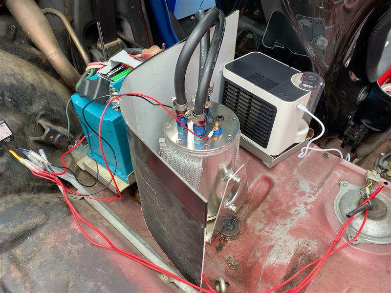 コレクタータンク内の燃温がめっちゃ上がる。<br /> これはコレクタータンクの説明書にも記載されていた事だけど、正確に測ってはいませんが、手で触ると「熱い」。<br /> なもんで、効果有るのかはさて置き、足掻いてみようと思います。<br /> で、第一段階のテストがこれ。