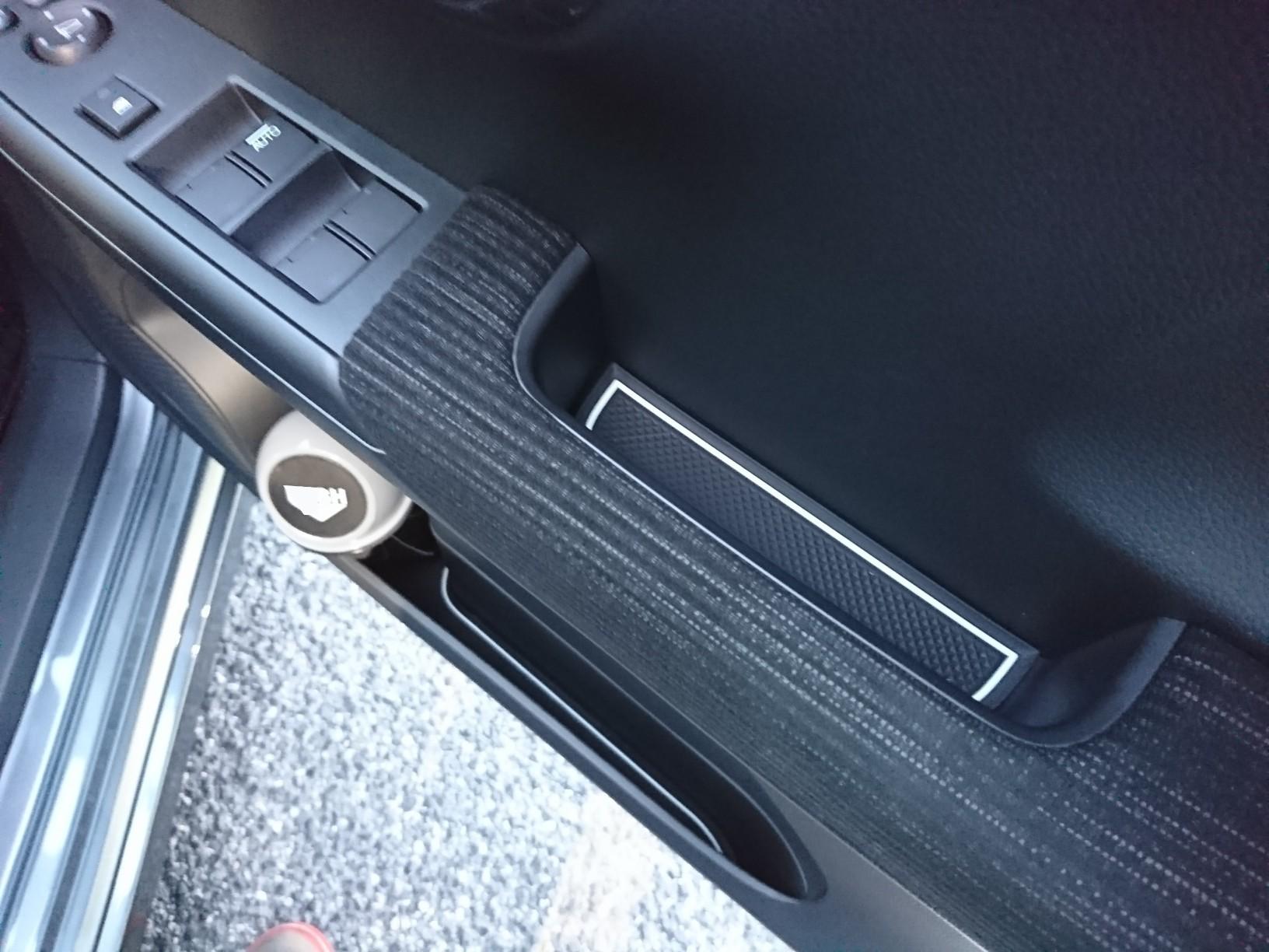 運転席ドア~ ドリンクホルダーには、ダイソーのゴミ箱突っ込んでます~