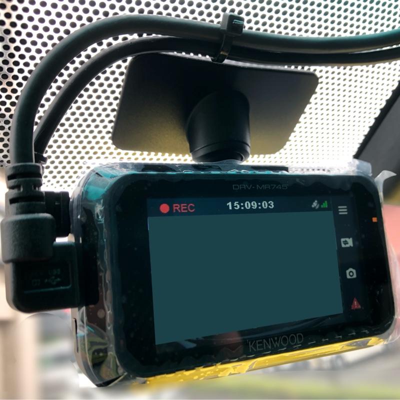 前まで配線を持って来たら、フロントのカメラを新しいのに入れ替えて接続😊<br /> 2本の配線は宙ぶらりんなので、後日固定します😅