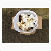 今回の件で10000kmくらいの交換に目途が立ちましたから、今後はケンドル常用でいこうかなって感じです。<br /> <br /> 最後はオマケ。<br /> オイル交換で使用した紙ウエス(安売りのクッキングペーパー)は廃オイルと一緒に廃油処理箱へポイと。<br /> 普通のゴミ箱に入れるとオイル臭くなってしまうからこれが1番だなって話でした。<br /> <br /> 次の越境ドライブは何処へ往こうかしらん(ウキウキ)。
