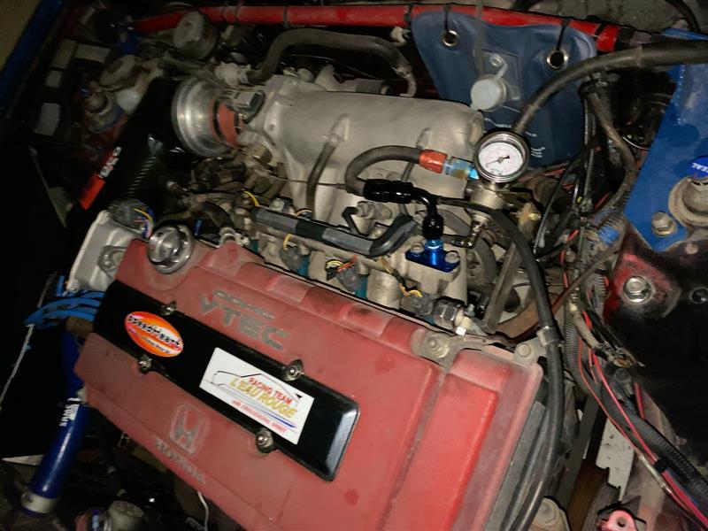 燃圧レギュレータの位置を微調整。