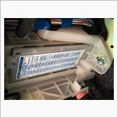 ヒューズボックスのカバーは前後のフックで固定されているので、手前のフック穴に小さいマイナスドライバーを差込み外しました。<br /> 配線後はカバー装着不可なので保管。<br />