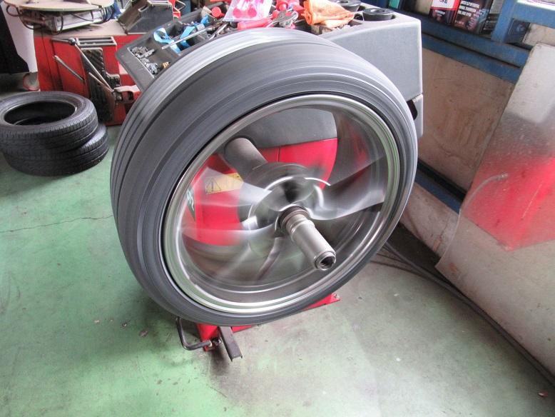 タイヤショップしてます..プリウスZVW50 YHブルーアースGT 215/40R18