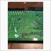 樹脂コーティングはシリコン的なもので硬いプラスチックなどのヘラで取り除けます。<br /> そしてハンダをハンダゴテで溶かしながら、ハンダ吸い取り器でハンダを取り除きます。