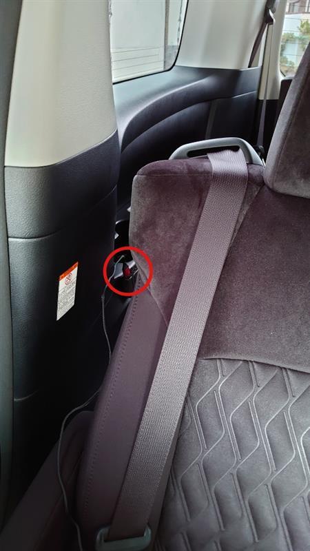 この位置なら、2列目席からも使えます。<br /> 3列目シートを畳んだ状態でも使えます。