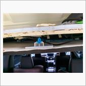 天井側は縁ゴムを外すとクリップが見えるが、硬いのでドライバーを突っ込みテコの原理で外しました。