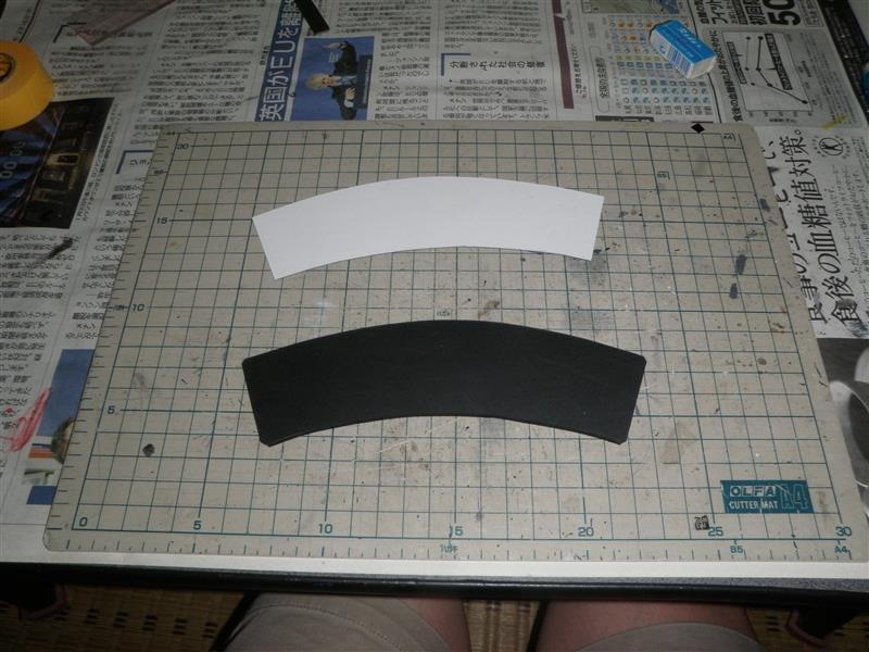 昔のバイクに付いてた風切り板?を見てカッコいいと思ったが既製品は高価!よって在庫部材で自作。<br /> 良くわからん黒い樹脂プレートを型紙に合わせカット。