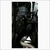 運転席側のヘッドライトを外すと、交換しやすいですね。<br /> これは交換後。<br /> <br /> 今回の作業は、車体はスロープで持ち上げて、エンジン・ミッションはフロアジャッキで持ち上げました。<br /> 運転席側はオイルパンがあるので、それを避けつつブロックの端をうまく持ち上げれば交換できます。