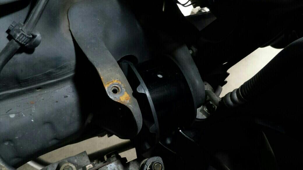 ゴムを貫通するボルトは上から、マウントとミッションケースの接合部は下から外します。<br /> これも交換後ですね。