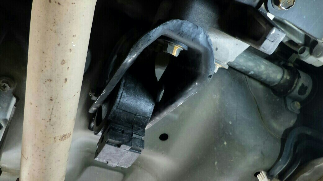 最後は車体下、エンジンの後ろあたりです。<br /> 少し奥まってますが、そこまで作業しにくくないです。<br /> これも交換後ですね。。<br /> 交換前の写真を撮るのを忘れてました。<br /> <br /> 交換後は、違うエンジンを載せたかのように振動が無くなりました。<br /> 特にDレンジ・エアコンONでの信号待ちに効果ありです。