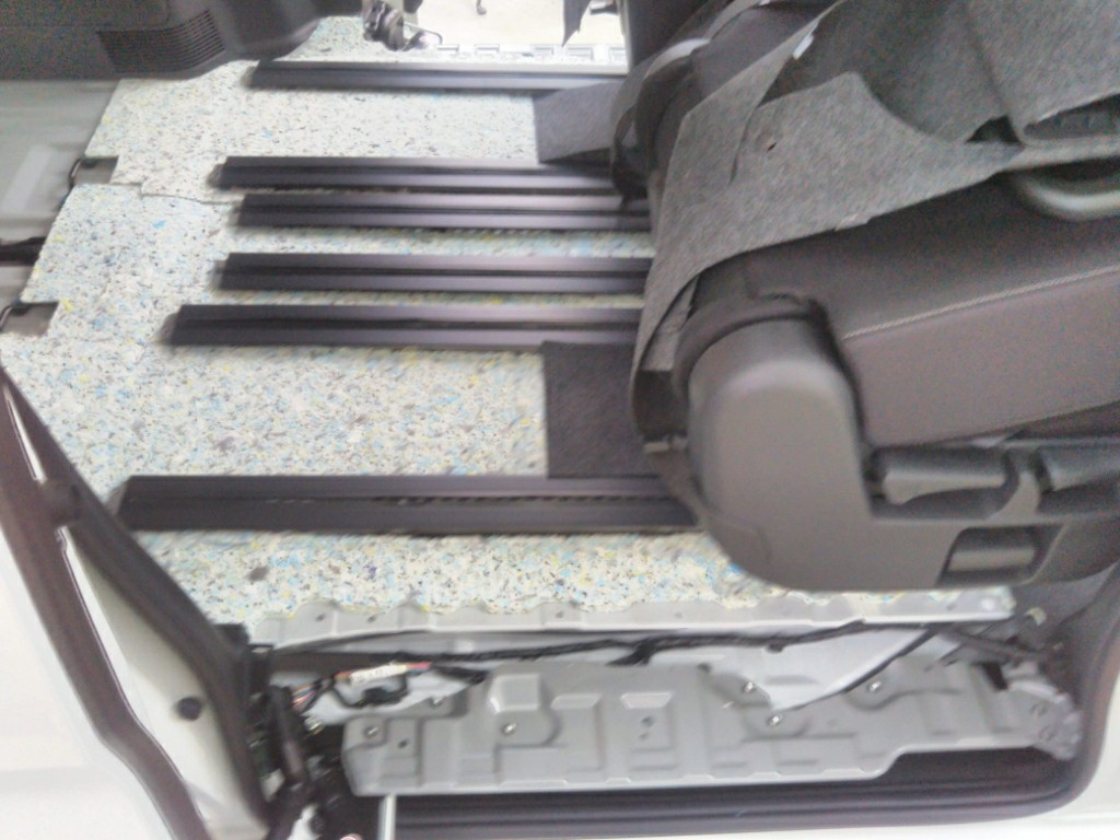 車内床面遮音材取り付け