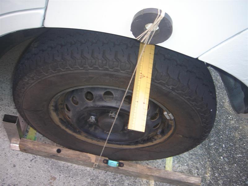 キャンバー測定も一応ありあわせの<br /> 道具使ってみたけど、ガレージ床面が水平でなさそうなんであやふやだけど<br /> これでタイヤとの隙間を上下比べて<br /> ポジだと下が数値大きい筈です。<br /> <br /> あとキャンパーボルト使う手もあるが、またお金かかってイタチごっこでしょうか?<br /> ハイゼットのバネに戻せばいいわけだしぃ<br /> まあとにかく前タイヤの裏表ひっくり返せばいいか爆<br /> <br /> 散々ダメ出し突っ込まれ素人調整でしたね爆<br /> <br /> ほかに原因として考えられるのはロアアームのブッシュorハブベアリングかなぁ?<br /> そろそろやねぇ<br /> <br />