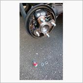 ドラムプレートのボルトを外して、下のボルト2本にだけ、M12のステンレスワッシャーを挟みます。<br /> <br /> 勿論、ネジロック剤もタップリ塗りました。
