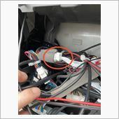 ナビが外したら赤丸のコネクターがあるのでここにハーネス入れます。ハーネスから出ているアースをナビ横のビスに付けます。<br /> これで取り付けて完了です。あとは、元に戻します。