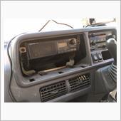 カバーを外したら旧オーディオが4点のネジで固定されているのが見えるので、外して取り外しします。<br /> 使用する+ドライバーは磁気を帯びたものの方がよいですね(ネジ無くす可能性ありです)。
