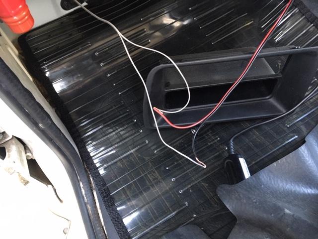 前の作業で取付しましたドアスピーカーの配線を延長します。<br /> 手持ちの赤黒線でプラスマイナスわかるようにしてビニールでテープでつなぎ、オーディオデッキのフロントスピーカーの配線に直付けします。