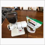 コロナ、長梅雨でカフェは行かなくなり・・・<br /> <br /> こちらのコーヒーミルで珈琲豆を挽き<br /> <br /> ちなみに<br /> 豆は最近キリマンジャロ<br /> 粗さ加減は8段階の一番粗い8目盛り
