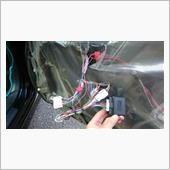 いちいち乗り降りの際にドアミラー格納スイッチを押すのが面倒なので取付ました。<br /> <br /> 運転席ドア内張りを外して、ミラースイッチのカプラーに割り込ませる品です。<br /> それとは別に、<br /> <br /> ・ドアロック開錠 青ベースに赤<br /> ・ドアロック施錠 赤(2本あるので注意)<br /> ・常時12V PWスイッチ側の太い赤<br /> <br /> の3本をタップで割り込み配線しました。<br /> <br /> ユニット本体はカタカタ鳴らない様にスポンジテープを巻き、終わりです。<br /> <br /> 私のL375Sはキーフリーですが、リクエストスイッチ無しのタイプなので、もし半ドア状態に気付かずに車両を離れた場合、実は施錠されてなかった!<br /> という事が何度かありました。<br /> <br /> 日差しが強く眩しい日や、周りが騒がしい時などは、施錠後のウインカー点滅やロックの電子音が判らない事もあります。<br /> <br /> しかし、このキットを付ける事により、ドアミラーが格納されていればちゃんと施錠されているという事が一目で判るので、半ドアによる未施錠を防ぐ事も出来ると思い、取付ました!<br /> <br /> とても便利です