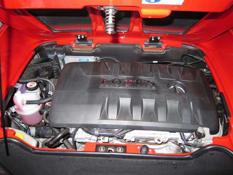 プラスチックのエンジンカバーがくたびれてきました。。。<br /> <br /> 先日の車検時にクーラントのリザーバータンクを交換したので、こちらはピカピカですが相対的にエンジンカバーの劣化が気になってきました!