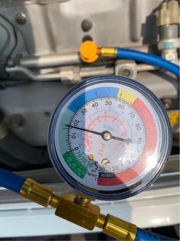 【ガスチャージ前エアコン全開時】緑メモリ範囲内でガス不足ラインずら…(・Д・)<br /> <br /> やはりガス不足でエアコンが効かなかったのね(&#180;・Д・)」