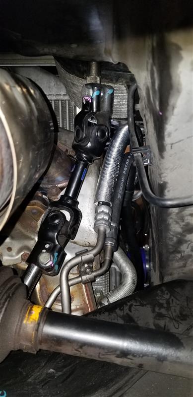 ●ユニバーサルジョイントを取外す。<br /> ・私はギヤボックス交換のため、特に印は無し。個人的に元ついていた状態に戻したかったためステアリングホイール側には付けました。<br /> ・ギヤボックス側のボルトを外して、私は緩める角度?が悪かったので間違っているかもしれませんがステアリングホイールを90度回してステアリングホイール側のボルトを緩めました。そして、ステアリングホイールを90度戻してセンター位置に戻す。<br /> <br /> ※ここの部分の正しい取外し方があれば教えてください。<br />