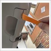 取手のカバーを内張剥がし等で開けます。<br /> 開けるとボルトがあるので外します。<br /> そうすると内張が剥がせるので引っ張って剥がします。