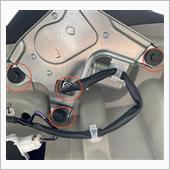 内張を剥がすとモーターがボルトで3本止まっているのでそれを取りワイパーのコネクターも外します。