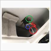 カバーを剥がしたらキーを差す部分の裏側にキーシリンダーがありますのでこれを外します。<br /> 赤丸部分のフックを赤い樹脂アタッチメントから外して(回すような感じか)、青丸部分のEリングをマイナスドライバーで優しくこじって外し、プライヤーか何かで緑丸部分の金具を上方向に抜くとキーシリンダーが外れます。