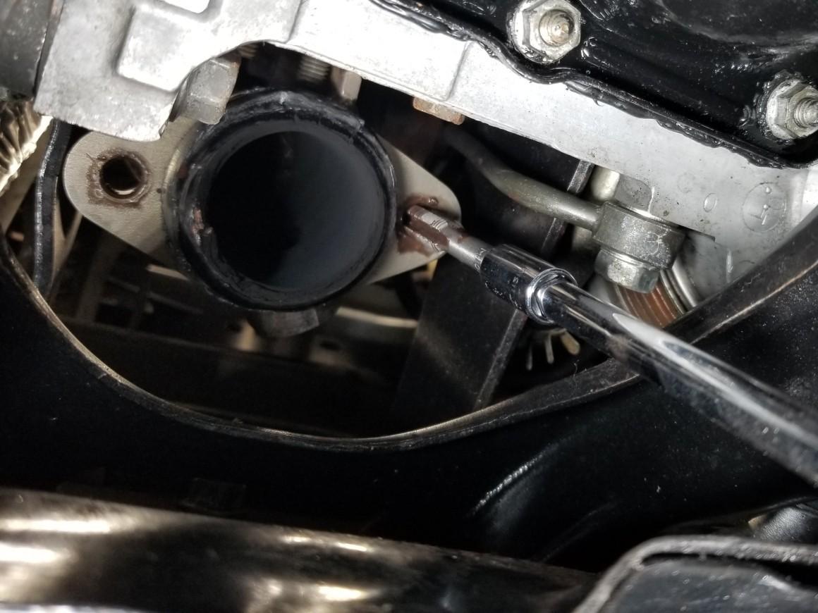 タービンアウトレットのフロントパイプ側ボルト穴修復