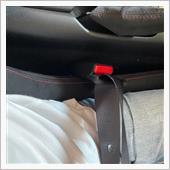 バケットシートに交換すると気になるここ。<br /> 相対的にシートベルトキャッチの位置が高くなるため、シートベルトが浮いた状態になってしまうのです。<br /> おまけに運転中左肘が当たってしまい不快です。<br /> これって安全性的にもどうよ?と思っていたのですが、某ショップで教えもらったのがシートベルトキャッチの移設。<br /> ただしキャッチはシートとともに動く構造じゃないと車検が通らない。なぜなら…え〜…忘れました。とにかく固定してしまうと車検ダメとの事。