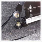 そんなこんなでこのように取り付け。<br /> L字金具はスチール製のものを2枚重ねにして使用しています。シートを後ろにスライドさせると当たりますが、基本スライドさせることはないのでよし。