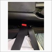 着脱はやりにくくなりますが、ベルトの浮きもなく、キャッチ部分が肘に当たることもなくなり快適です。<br /> バケットシートのベルトホールを通せばよりタイトに締めることも出来ますが、普段使いには面倒なのでこの状態で使用しています。<br /> 強度的なものや安全性については保証はありませんので悪しからず。