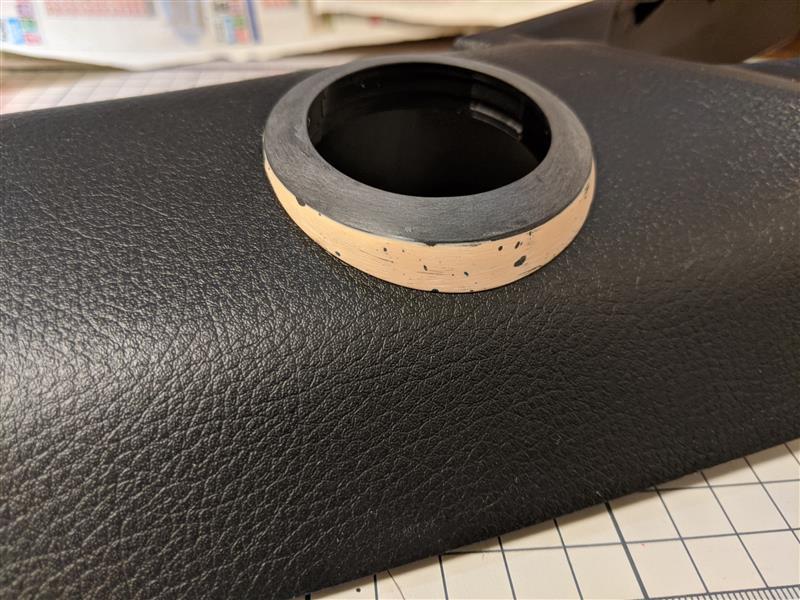 カッターナイフとサンドペーパーを150番~400番まで駆使して形状を整えます。<br /> 何度もピラーに合わせるため、油性マジックで定位置に印をしておくと位置ズレしません。<br /> <br /> 厚付け用のポリパテは気泡が入りやすいため、研削して出てきたピンホールは仕上げの手前に薄付けパテで埋めておきます。