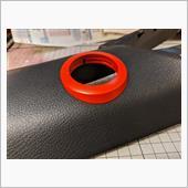 形状が決まり、傷やピンホールが埋まったら、ミッチャクロンと艶消しレッドで塗装して完成です✨<br /> <br /> うん、純正品みたいにピッタリ😃<br /> <br /> 固定は両面テープだとテープの厚み分どうしても浮いてしまうため、ピラーの裏側から振動に強い接着剤で固定します。<br /> <br /> 運転中にポロッと取れたら焦りますもんね😱
