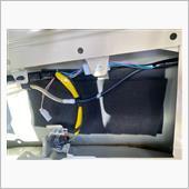 ついでにフロントで余った制振材と吸音材も貼り付け。