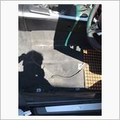バッテリーを外す前に椅子を前後に電動スライドさせ前のナット2個、後ろボルト2個を外します。あとドア側に付いているシートベーベルトのアンカーボルトを外します。すべて16mmです。<br /> 肩のシートベルトホルダーからシートベルトを外します。ヘッドレストを引き抜くとシートベルトホルダーの上側にトルクスネジがあるのでそれを外せばシートベルトがホルダーから外せます。<br /> ここまでやったらバッテリーのマイナス端子を外します。エアバック警告灯対策です。バッテリーを外してから30分(推奨)待ってから黄色いコネクターを外していきます。実際には10分ぐらい放置してから外しました。ハンドル部やサイドパネルも同様にエアバッグがある部分は待機電流が流れている間はエアバッグにつながっているコネクターを抜とエラーになるのです。<br /> このあたりの写真がないのはiPhoneが熱を持ちすぎて起動できなくなったからです。