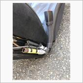 オリジナルシートのシートベルト起爆シリンダーを外します。でっかいトルクスボルト一個です。
