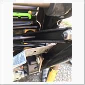 トラブル発生です。シートベルト起爆シリンダーから出ているコード2束のうち 一束(黒コード2本)がシリンダーから黄色いコネクターにソケットピン(電)で刺さしてあり シートのフレームの間を通っているのでクリアランスが足りず外れません。1号機の時はぶった切って後で繋げましたが今回は慎重に考えました。<br /> 黄色いコネクターを止めるブラケットを外せば通せそうです。もしくはコネクターからピンを抜く。前者を選択したけどトルクスのスクリューにトルクスL型レンチを入れる隙間が微妙に足りない。シートを外し前に座面をいっぱいに高くしておくべきでした。<br /> なんとかラジオペンチで回して取りました。黄色いコネクターは隙間を通せました。