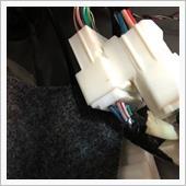 ドアハーネスへと繋がる白20Pカプラ…<br /> これだね<br /> ここにキットのハーネスを接続します