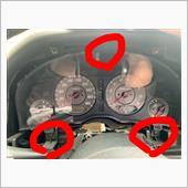 メーターが剥き出しになったら、赤丸の3つを外せば、メーターが外せます。そしたらその場でコネクターを外せば完了です。