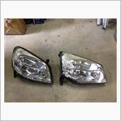 左:新たに取り付けるヘッドライト<br /> 右:取り外した壊れたヘッドライト<br /> 新たに取り付ける方が黄ばみも少なく状態も良さそう。
