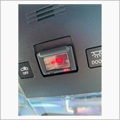 写真ではわかりづらいですが、ヘルプネットスイッチ部の「赤色ランプが点滅」し出しました。<br /> <br /> エンジンをオフ、オンにして再起動しても「赤点滅」していました。<br /> <br /> オーナーズデスクには問題無く接続出来るし、ヘルプネットにも接続出来るので、機能的には問題無いみたいですが、精神的に良くないので、レクサスにて診てもらうことに…<br /> <br /> するとヘルプネットスイッチ用のバッテリー!?が劣化したらしく、新車保証内でしたので交換してもらうことになりました。<br /> <br /> 普通ですとバッテリーを交換することはないようで、非常に稀なケースとのことでした。<br /> <br />
