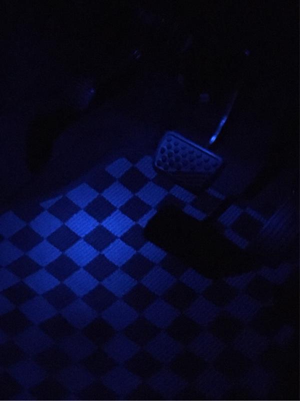 この通り、ドア・ライトスイッチに連動して青いフロアイルミネーションが点灯するようになりました。