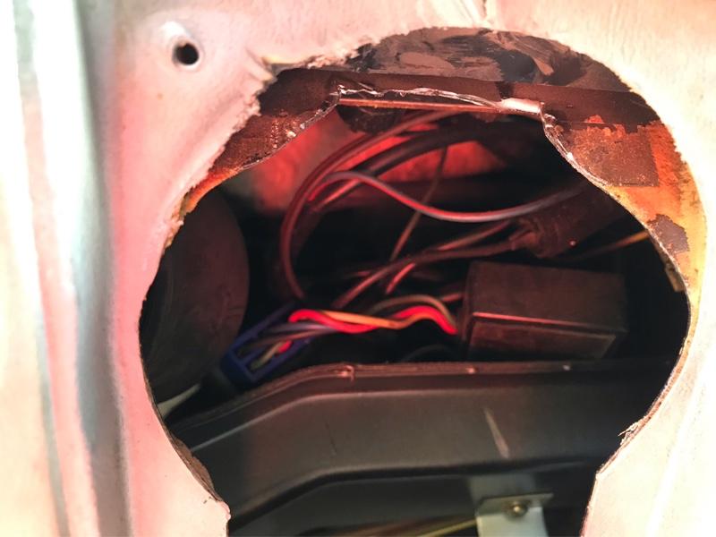 昔の車なのでダッシュボードにスピーカー取付します。<br /> <br /> 結局運転席側ダッシュ内部加工しないと付かず、これが大変...。奥まっているのでリューター入りにくいし、鉄板二層構造で刃もなかなか入らないし削るにもあまり削れないし大変でした。<br /> <br /> 内部上を削り取り