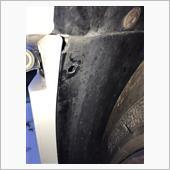 外したあとの写真ですが、タイヤハウス内のメクラ蓋をマイナスドライバーなどで抉って外します。
