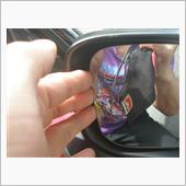指をひっかけて外す。<br /> 一気に全部は外れないから、内側が外れたら外側方向から指を入れて外す。<br /> 変な所に無理な力をかけるとミラーが割れるので注意。